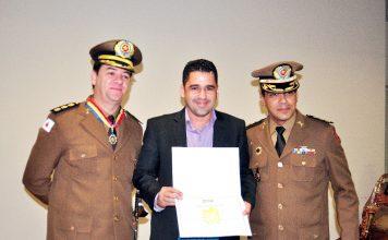 Dego Reis recebe diploma da PMMG